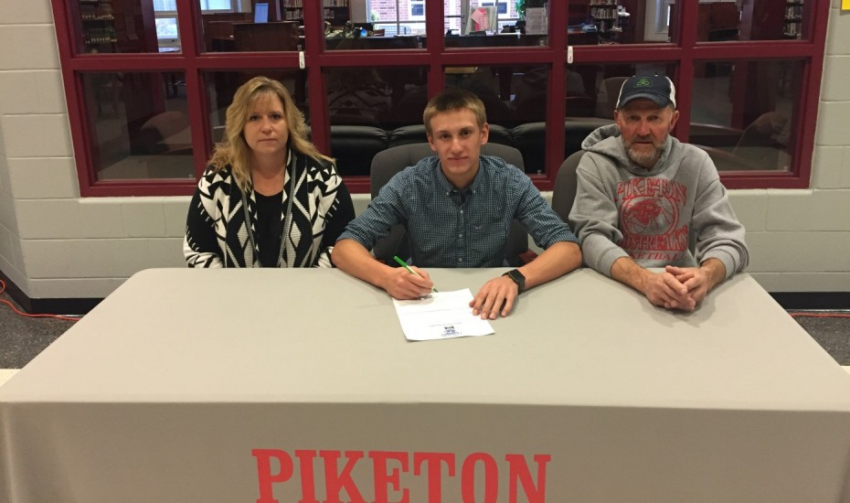 Steven Zimmerman signs his letter of intent with his parents Randy and Wendy Zimmerman